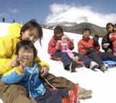 富士山2合目玩雪 烤肉吃到飽 相模湖畔霓虹燈秀 御殿場名牌購物中心